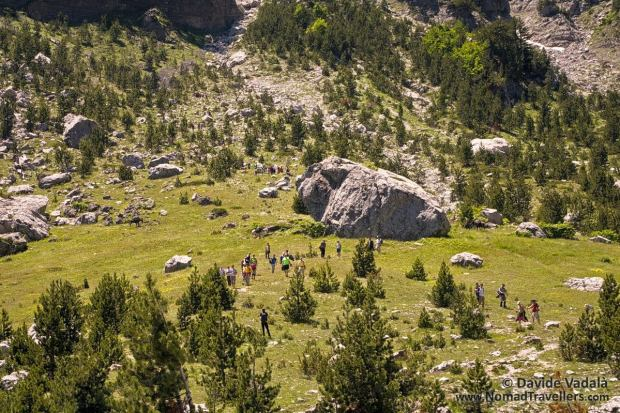 An organized group of hiker on the route Valbona-Theti